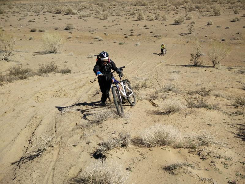 Дана штурмует песчаный бугорок